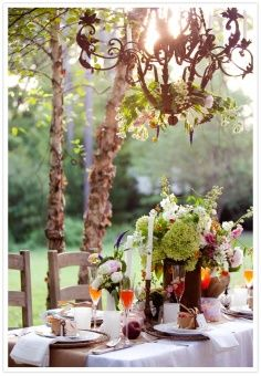 Dinner al fresco with a beautiful chandelier and lots of flowers at the table. Beauty And More, Home Decoracion, Outdoor Chandelier, Candle Chandelier, Antique Chandelier, Outdoor Lighting, Beautiful Table Settings, Al Fresco Dining, Outdoor Parties