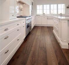 Cocina blanca y suelo oscuro, imitación madera