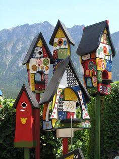 Wooden Bird Houses, Decorative Bird Houses, Bird Houses Painted, Diy Crafts For Home Decor, Yard Art Crafts, Garden Posts, Diy Bird Feeder, Glass Garden Art, Garden Whimsy