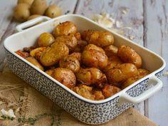 Baby πατάτες φούρνου με 3 μονάδες από τις πατάτες, το λάδι και το βούτυρο. Potatoes In Oven, Baby Potatoes, Appetisers, Pretzel Bites, Finger Foods, Diet Recipes, Salads, Food And Drink, Favorite Recipes