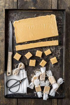 Karamell (Fudge) foodphotolove.de  So manche Food-Shootings sind wirklich eine Freude. Diese butterweichen Karamellen waren nicht nur sehr vielseitge Fotomodelle, sondern sind auch wirklich schnell gemacht und sehr lecker. Die Konsistenz ist sehr weich und zartschmelzend; ein Traum. Vergesst Kuh-