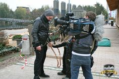 Für den Aufstieg auf's Hüttendach wird der RTL-Mitarbeiter optimal gesichert #Alpenzauber #Köln #MediaPark #RTLWest