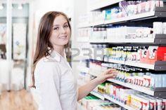 Portr t der jungen weiblichen Apotheker Stehen in der Pharmazie Shop Lizenzfreie Bilder