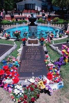 Graceland Memorial Garden where Elvis and his family are buried Memphis Tennessee Elvis Presley House, Elvis Presley Graceland, Elvis Presley Family, Elvis Presley Photos, Elvis Presley Funeral, Lisa Marie Presley, Places To Travel, Places To See, Famous Graves