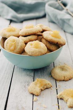Peukalokeksit, thumbprint cookies, saavat nimensä herkkukolosta, joka painetaan murotaikinapalleroihin peukalonpäällä. Pirtsakat pääsiäiskeksit täytetään mehevällä rahkatäytteellä ja viimeistellään sitruunatahnalla. #meilläkotona #meilläkotonafi #pääsiäisleivonta #pääsiäisleivonnaiset #pääsiäiskeksit #sitruunakeksit Snack Recipes, Snacks, Thumbprint Cookies, Apple Pie, Cornbread, Camembert Cheese, Chips, Baking, Fruit