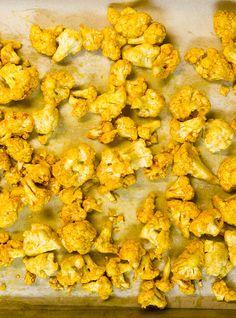 Chou-fleur rôti caramélisé d'Hélène - ça se mange comme des chips et ça goûte les Lay's BBQ (le sac noir)!!! <3