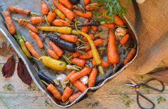 Estas cenouras, para além do valor decorativo que demonstram, prestam-se a belos assados. Se sobrarem depois da refeição, pode usá-las numa sopa