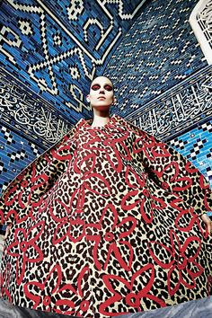 """I am your leader.[""""Young Turks"""" featuring Kati Nescher wearing designs by Rei Kawakubo for Comme des Garcons, styled by Jane How and photography by Mario Sorrenti for V Magazine] Mario Sorrenti, V Magazine, Cool Patterns, Print Patterns, Textile Patterns, Fashion Prints, Fashion Art, Fashion Images, Daily Fashion"""
