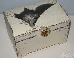 love the worn paint look - - - Sleeping Cat Decoupage Box from ayadeco.pl on flicker Painted Wooden Boxes, Wood Boxes, Tole Painting, Painting On Wood, Deco Luminaire, Decoupage Box, Pretty Box, Altered Boxes, Keepsake Boxes