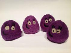 Las niñas han querido hacer Pou y sus hermanos de lana cardada.