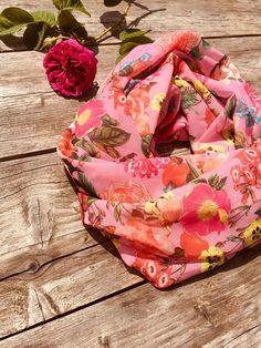 beb3b609710a ... Un Grand Marché · écharpe ronde rose, snood chiffon rose, écharpe  florale, snood aux fleurs, écharpe