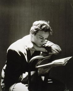 """© Cecil Beaton, Portrait of Marlon Brando reading. This photo was published in the book """"The Essential Cecil Beaton - Photographs (published by Schirmer/Mosel). Marlon Brando, Vintage Hollywood, Classic Hollywood, Xavier Samuel, Billy Kidd, People Reading, Celebrities Reading, Photo Star, Deneuve"""