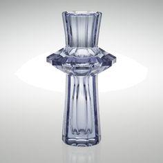 Ljusblå/violett (neodym) fasetterad kristall. Höjd 29,5 cm.