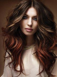 Eine Ombre-Langhaarfrisur mit roten Enden der Haare