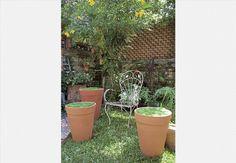 Nas mãos da paisagista Claudia Regina, do ateliê La Calle Florida, o vaso ganha funções extras. Pode ser banco, mesinha ou apoio para os pés. Basta plantar grama e aproveitar