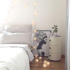 Mit Lichterketten können in einem Zuhause nicht nur an Weihnachten ganz leicht tolle Akzente gesetzt werden. Viele Exemplare eignen sich über das ganze Jahr hinweg perfekt als atmosphärisches Deko-Objekt für drinnen oder draussen. Lass dich von unseren coolen Wohnbeispielen aus aller Welt inspirieren.