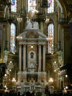 Leon, Guanajuato Cathedral junto de calle hidalgo. Church Architecture, Urban Landscape, The Good Place, Beautiful Places, Places To Visit, Hindus, Cathedrals, City, Catholic