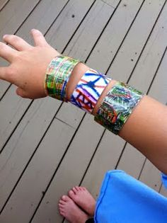 plastic bottle bracelets, OMGOODNESS! Do you know how many water bottles I drink? This is so cool.