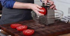 Dieser Koch reibt eine Tomate an einem Käsehobel. Die Idee? Brillant.