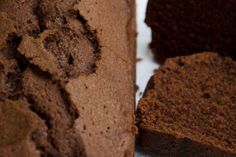 Ottimo questo plumcake!Al contrario di molti dolci al cacao provati senza troppe soddisfazioni, questo plumcake al cioccolato senza glutine rimane morbido e leggero, con un cuore umido che tenta all'assaggio ad ogni ora del giorno. Veloce da preparare, piacerà ai bambini e altrettanto agli adulti! Ecco la mia versione senza glutine