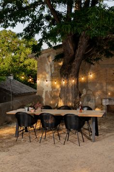 Create the perfect atmosphere with Light My Table. The string of lights illuminates your table cosily and creates an inviting setting. Outdoor Tables And Chairs, Garden Table And Chairs, Wooden Garden Table, Outdoor Lighting, Outdoor Decor, Outdoor Patio Designs, Balcony Lighting, Table Lighting, Patio Dining
