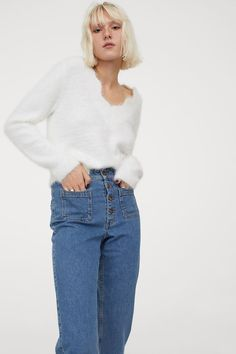 Flauschiger Pullover - Weiß - Ladies | H&M DE 2 Style Personnel, Fluffy Sweater, Mannequin, Pull, Mom Jeans, V Neck, Knitting, Long Sleeve, Sleeves