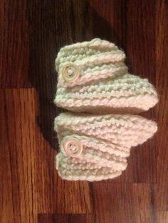 Tässäpä olisi helppo ohje vastasyntyneen vauvan tossuihin. Tossuissa on 13 kerrosta ja ne on virkattu pelkillä kiinteilläsilmukoilla, l... Knit Crochet, Crochet Hats, Diy And Crafts, Knitting, Sewing, Kids, Baby Things, Crocheting, Slippers