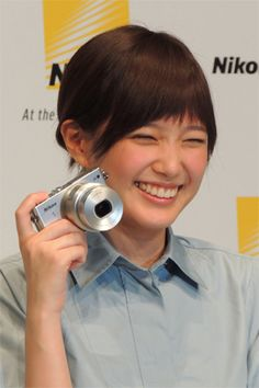 """プライベートでも愛用しているというNikon 1 J4を持って登場した""""カメラ女子""""の本田翼。いつも愛犬を撮影しているそうだ、笑顔がすてき"""