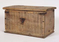 Kista er trolig laget på middelalderen og var i bruk i Lom. 1300 - 1600 Antatt Kista er laget av furu og har lås og beslag av jern. Dekorert med karveskurd på lokket.
