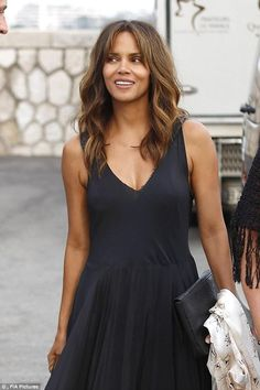 Understated: Halle Berry looked flawless as she attended a glamorous boat party at the Cannes Lions Show on Thursday Halle Berry Pixie, Halle Berry Hot, Pictures Of Halle Berry, Halley Berry, Thick Hair Styles Medium, Star Wars, Fashion Tips For Women, Womens Fashion, African Beauty