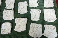 Savityö, pöllö, 2 lk Aloitus ympyrämuodosta, ensin taitetaan siivet, sitten pää, ja erillisestä savipalasta tehdään nokka. Pöllön koko on paperilautasen koko, noin 15 cm. Clay Crafts, Crafts For Kids, Pinch Pots, Teaching Art, Art For Kids, Projects To Try, Pottery, School, Artwork