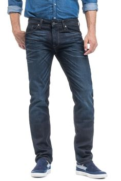 Estes jeans foram criados sobretudo para homens que procuram um look bastante atual nuns jeans de corte justo e com a perna a afunilar. A cinta é mais larga porque esta calça deve ser usada mais descaída. Perfeito para quem aprecia um look mais fashion.