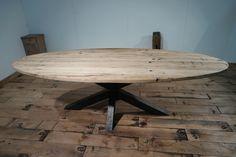 Ovale tafel van oud eiken wagonplanken met metalen spinpoot