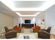 Ao unir duas salas para criar um ambiente de estar e home-theater, a arquitet...