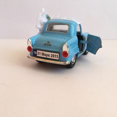 Mavi Vintage Araba Nikah Şekeri, kapıları açılabilir özelliktedir.