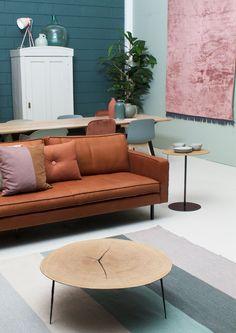 Alle frisse kleuren blauw en groen zijn perfect voor het voorjaar! We combineren het met pastelroze, om de lichte blauwtinten wat diepte te geven. Wat vind jij van deze combinatie? De bruine leren bank is een klassieker, bestel de Slimm bank van onze designafdeling online via de link in bio! #design #design5 #loods5 #loods5design #wonen #wooninspiratie #vintage #boomstamtafel #pastel #voorjaar #woonkamer #livingroom #interior
