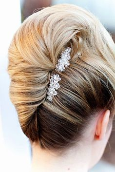 The wedding hair accessories are something that makes your hairstyle look festive and distinguishes it from the party-ready hairstyle. So, let's take a look at the hottest hair accessories for the wedding hairstyles. Evening Hairstyles, Retro Hairstyles, Twist Hairstyles, Bride Hairstyles, Hairstyles 2016, Modern Hairstyles, African Hairstyles, Layered Hairstyles, Creative Hairstyles