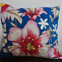 Almofada de chita, com detalhes bordados 100% à mão.
