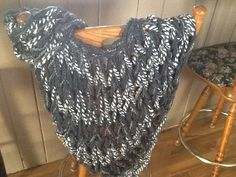 Arm knit shawl Finger Knitting, Arm Knitting, Knitted Shawls, Knit Crochet, Projects To Try, Arms, Diy Crafts, Throw Pillows, Stitch