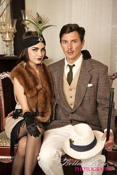 Dresscode voor een Great Gatsby Party. De heren gaan elegant en in onberispelijk (maat-)pak met wit overhemd en stropdas. Het jasje en de broek zijn van dezelfde kleur en met hetzelfde (krijt-) motief. Om het helemaal af te maken dragen je mannelijke collega's een gleufhoed. Een fleurige zakdoek in het borstzakje zorgt voor het feestelijke tintje. Klik op de afbeelding voor meer informatie!