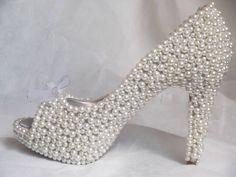 Sapato coberto por pérolas, com detalhes em strass prata e fita voil nos laços. A noiva deve enviar um sapato de sua preferência. Aceitamos encomendas para novos modelos.