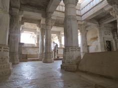 Intérieur du temple d'Adinath. Pour plus d'infos consultez www.voyageinindia.fr