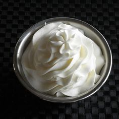 The Food Pusher: Stabilized Whipped Cream Frosting tsp unflavored gelatin powder 2 tbsp cold water 1 cup whipping cream pinch salt 2 tbsp confectioner's sugar Brownie Desserts, Köstliche Desserts, Dessert Recipes, Yummy Treats, Sweet Treats, Yummy Food, Stabilized Whipped Cream Frosting, Whipped Icing, Non Dairy Whipped Topping Recipe