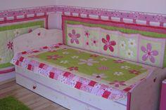 Zöld-rózsaszín ágytakaró garnitúra falvédőkkel gyerekszobába