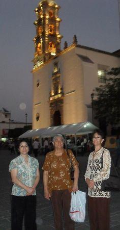 La Piedad. El templo iluminado. En la explanada, Margarita, Ma. Guadalupe y Josefina
