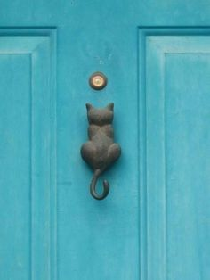 Cat door knocker. Neat!