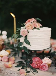 "beaucoupbride: "" Simple cake with floral blooms. See more of this rustic floral dessert spread here "" Pretty Cakes, Beautiful Cakes, Simply Beautiful, Party Decoration, Wedding Decorations, Candybar Wedding, Single Tier Cake, One Tier Cake, Bolo Cake"