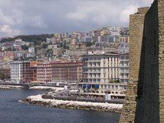 Il panorama che si vede da Castel dell'Ovo sul Lungomare di Napoli e sulla città, il Golfo e le isole in alcune foto.