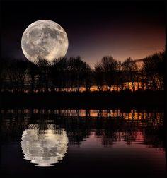 souloftheroseurluv: imickeyd: Moonset by Keith...
