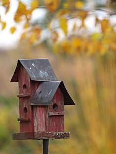 Red and rustic birdhouse!   Love these bird 'condos'